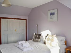 A bed or beds in a room at Osprey View