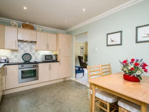 A kitchen or kitchenette at Cairns Cottage