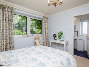 A bed or beds in a room at Cairns Cottage