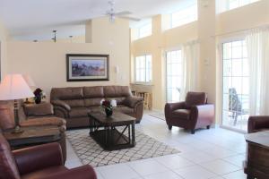 A seating area at Crayson Villa LF811