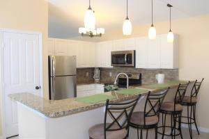 A kitchen or kitchenette at Crayson Villa LF811