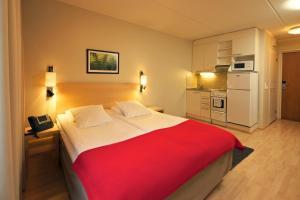 Säng eller sängar i ett rum på Hellsten Espoo