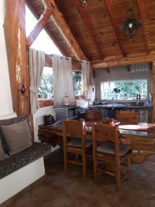 Un restaurant u otro lugar para comer en Cabaña Tibor