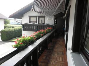 Rõdu või terrass majutusasutuses Haus Glätzle