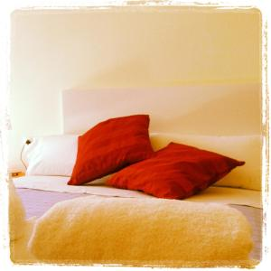 A bed or beds in a room at Alguera Apartments Independencia