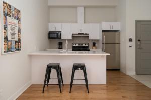 A kitchen or kitchenette at Sonder - Sainte-Catherine