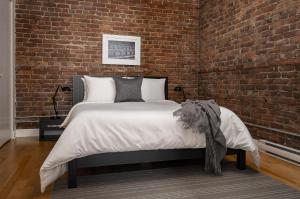 A bed or beds in a room at Sonder - Sainte-Catherine