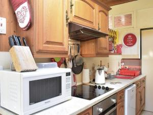 A kitchen or kitchenette at Lourie Lodge