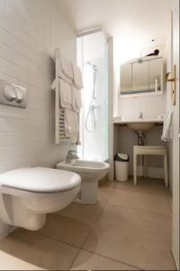 A bathroom at MULTIRESIDENCE L'ELYSEE Paris