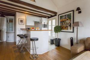 A kitchen or kitchenette at Luxurious Duplex at the top of Montmartre