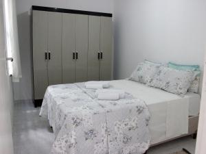 A bed or beds in a room at Casa Aconchegante