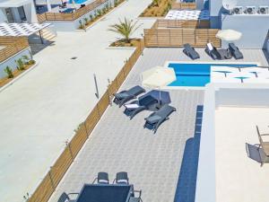נוף של הבריכה ב-Blue Oyster Villas או בסביבה