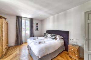 A bed or beds in a room at Marie Paradis Apartment