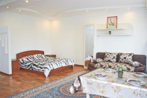 Кровать или кровати в номере Apartment on Krivenko 81