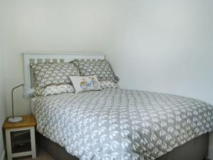 A bed or beds in a room at Eden Cottage