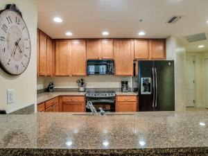 Küche/Küchenzeile in der Unterkunft Water-View Condo w/ Balcony, 2 Pool Facilities