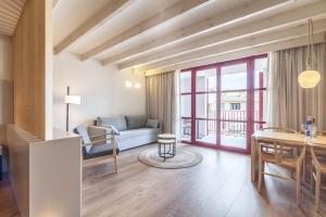 A seating area at Fil Suites - Turismo de Interior