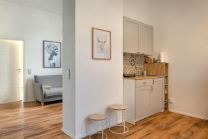 A kitchen or kitchenette at Renoviertes Apartment mit Netflix & Boxspringbett