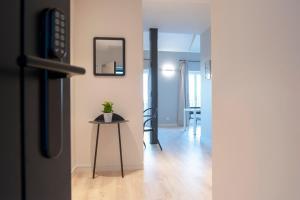 TV at/o entertainment center sa MH Apartments Central Madrid