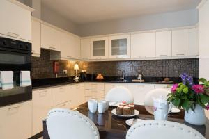 A kitchen or kitchenette at Jameson Court Apartments