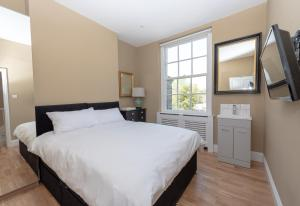 A bed or beds in a room at Amazing boutique comfort with fast transport
