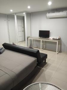 Телевизор и/или развлекательный центр в Asia's Beach Apartments