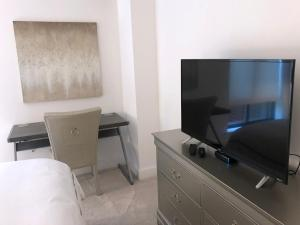 A television and/or entertainment center at Relaxing One Bedroom Apartment in Back Bay, Boston