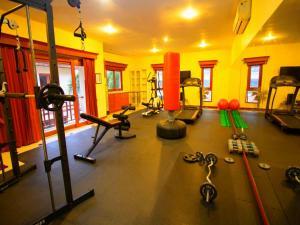 Фитнес-центр и/или тренажеры в Punyapha Beach Villa