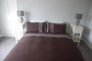 Säng eller sängar i ett rum på elegant apartment in knightswood area of glasgow
