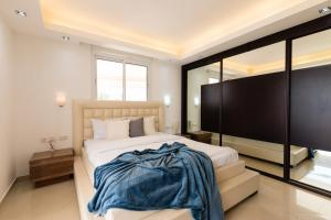 A bed or beds in a room at FeelHome - Tel Aviv Penthouse