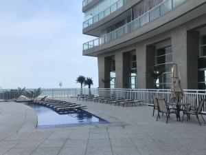 A piscina localizada em Unlimited Apartamento1309 ou nos arredores