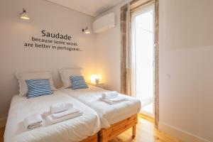 A bed or beds in a room at Indulge Porto Flats