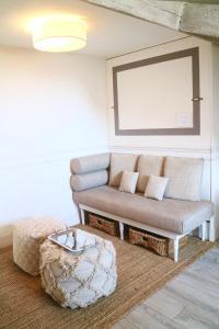 A seating area at Èrsextius, Nice
