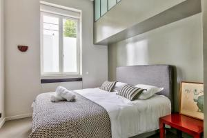 A bed or beds in a room at 45-ATELIER PARIS BUTTES CHAUMONT