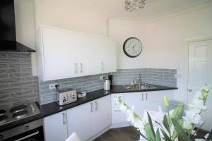 A kitchen or kitchenette at Cromwell - Gorgeous City Centre Town House