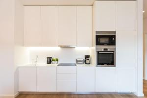 A kitchen or kitchenette at Feels Like Home Restauradores Charming Apartment