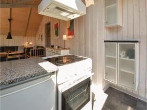 A kitchen or kitchenette at Holiday home Skåstrup Strand Øst X