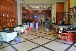 A restaurant or other place to eat at Belle Vue Inn Hotel & Suites
