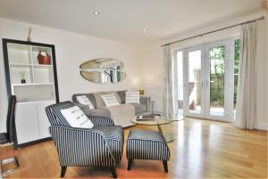 A seating area at Littleacre Apartment 4