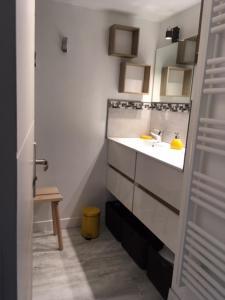 A bathroom at L'AMANDIER