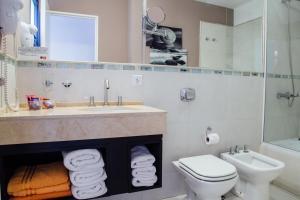 Un baño de AT Suites