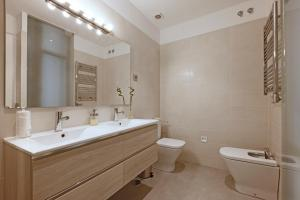 A bathroom at Madrid Centric - MadFlats Collection