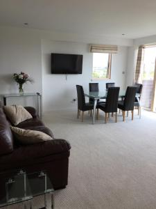 A seating area at Glasgow Harbour Westend apartment
