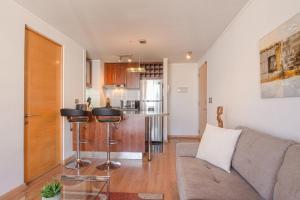 Una cocina o zona de cocina en Alojarent Apoquindo 6445 Apartment