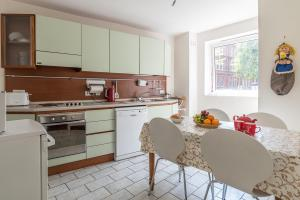 A kitchen or kitchenette at Elm Park Gardens