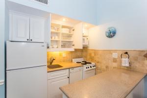 A kitchen or kitchenette at Jupiter Reef Club Resort