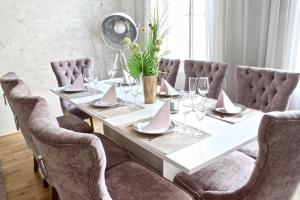 A restaurant or other place to eat at NEW DESIGN & STYLE Apartment Old Town XXL