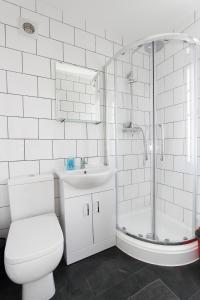 A bathroom at Wembley Studios