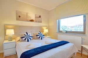 A bed or beds in a room at Ambria Rose