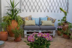 A seating area at Cosy Apartment with Terrace in the Centre of Seville